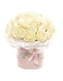 Bouquet of white roses in a decorative box | White roses
